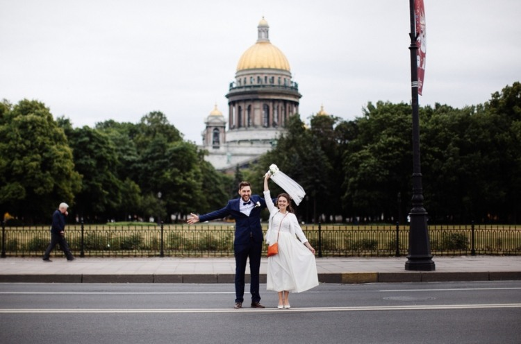 Newly weds standing near the US Capitol